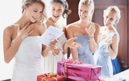 Подарок молодоженам: что выбрать