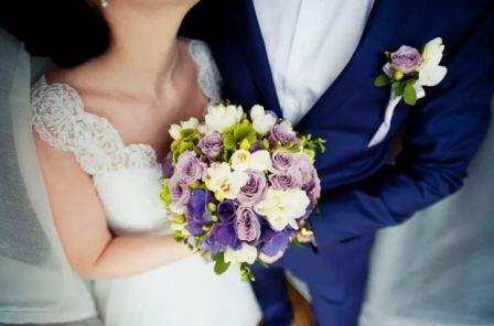 Бутоньерка жениха и букет невесты