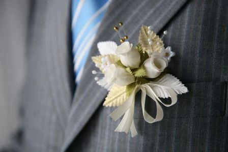 Бутоньерка из искусственных цветов