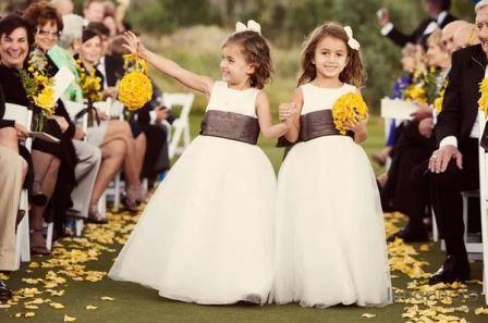 Дети на свадьбе разбрасывают лепестки