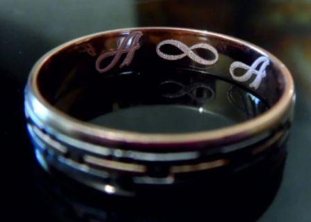 Гравировка с символикой на обручальном кольце