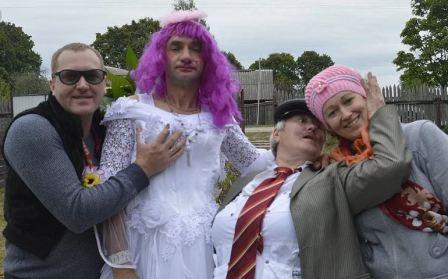 Ряженые жених и невеста