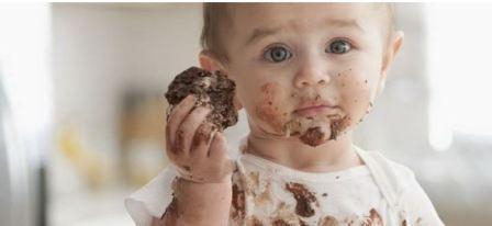 Пятна от фруктов и шоколада на детской одежде