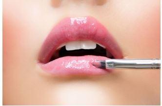Как правильно красить губы блеском