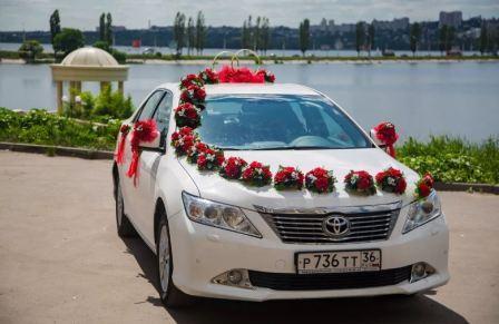Украшение белой свадебной машины