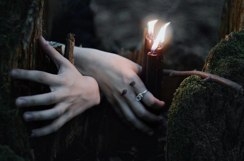 Заговор против сплетен на фото и свечи