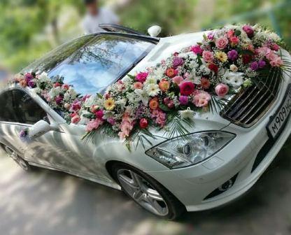 Украшение свадебной машины цветами